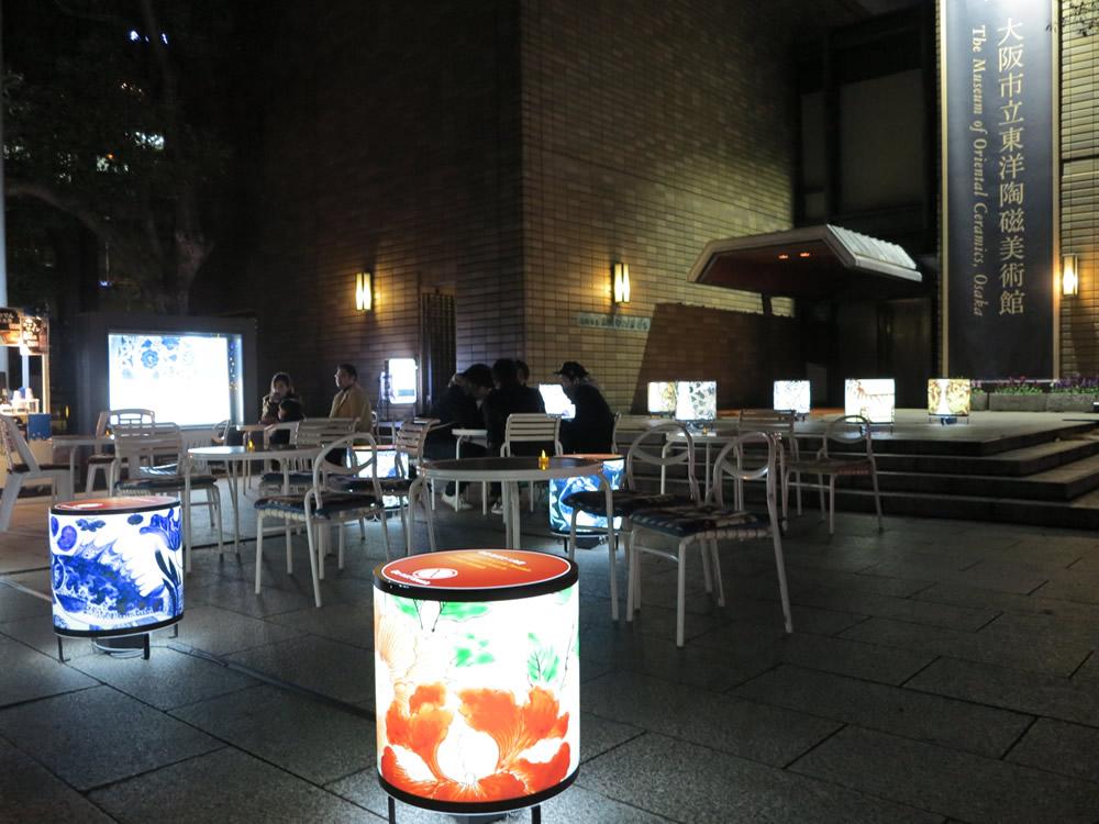 東洋陶磁美術館の前のオープンカフェ。すごく素敵なライトアップです!