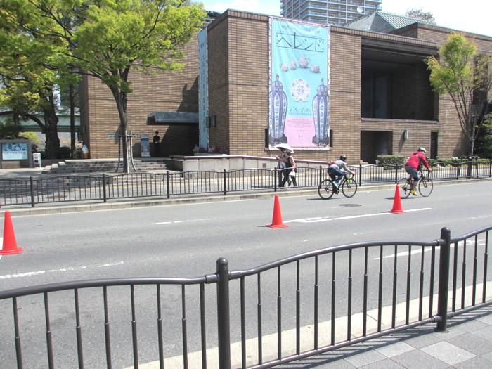 東洋陶磁美術館前を疾走するスポーツバイク