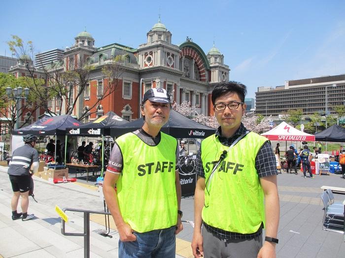BiCYCLE CLUB 岩田編集長(左)、イベント事務局の枻(えい)出版社 高橋さん(右)