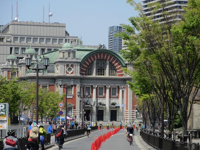 ゴールの中央公会堂前を目指して疾走するスポーツバイク