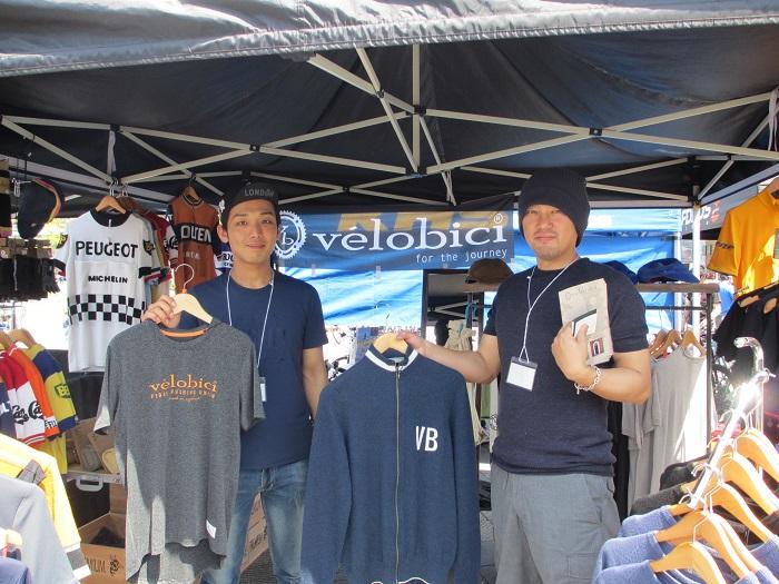 物販ブース「ヴェロビチ」のスタッフ 横山さん(右)と結城さん(左)