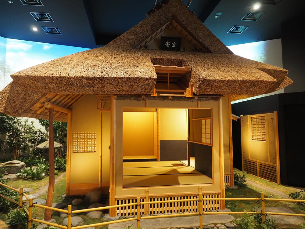 御影にある『玄庵』は、村山龍平氏が修めた茶道『藪内流』の茶室『燕庵』を写したもの。茅葺屋根入母屋造りとなっています。