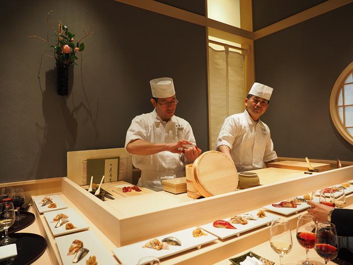ワイングラスを片手に江戸前寿司がつまめるお店。ソムリエと利酒師がネタにぴったりのお酒を選んでくれますよ。