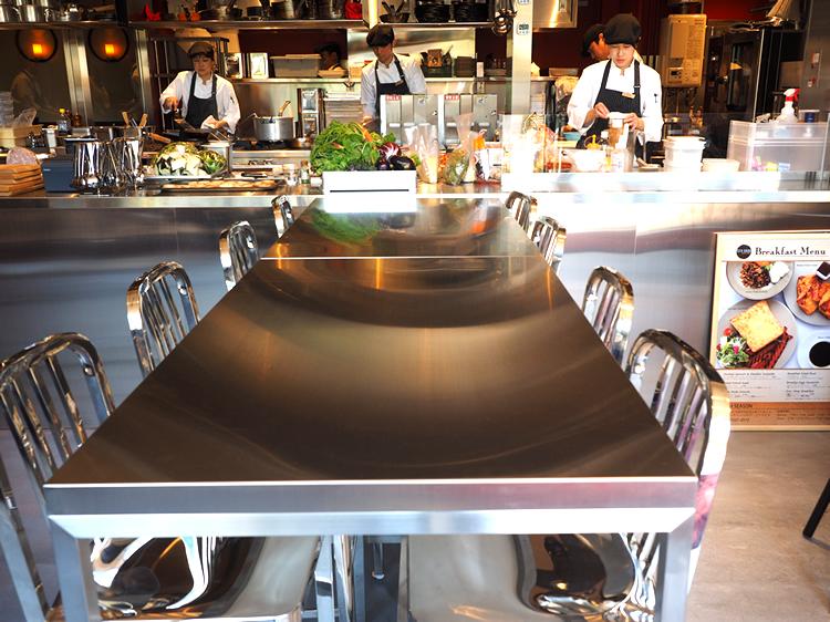 メタリック調のテーブルと厨房がスタイリッシュな雰囲気です