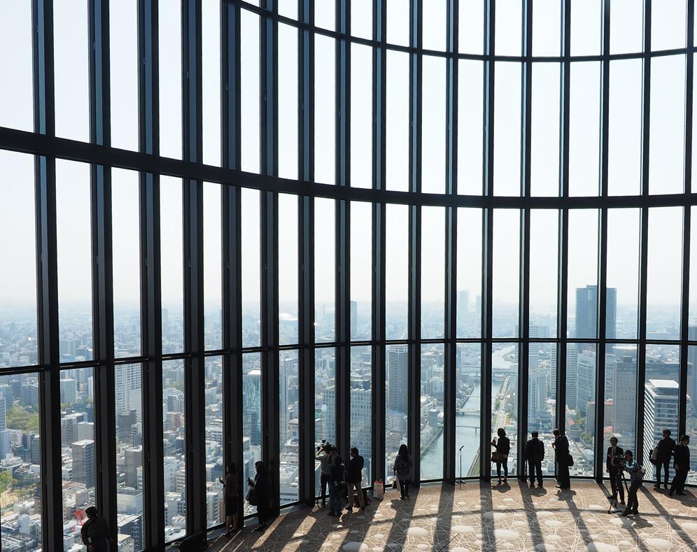 38階、ラウンジの螺旋階段上より眺めた大阪の街並み