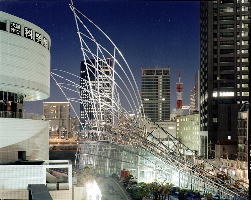 夜の国立国際美術館