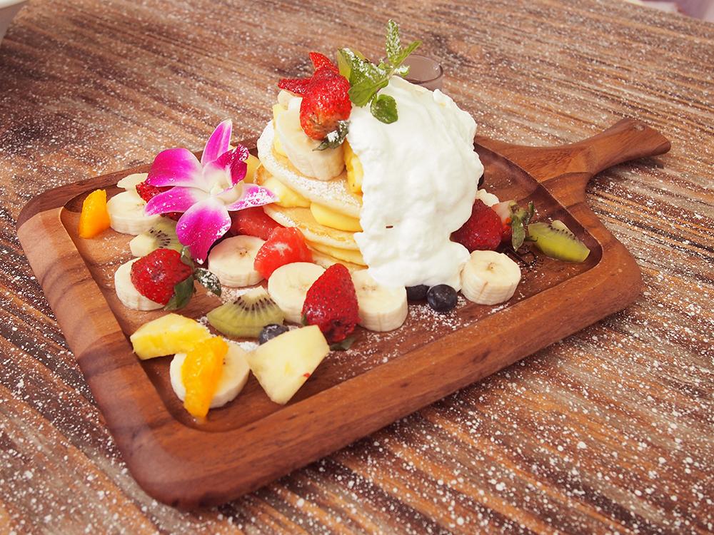 スイーツ人気ナンバーワンは、「フルーツたっぷりハワイアンパンケーキ」。ふわふわのパンケーキにカスタードクリームと生クリームが超美味。