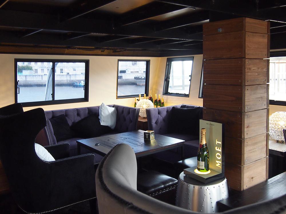2階にはバーカウンターを備え、ゆったりとしたソファでくつろげる、VIPルームも。