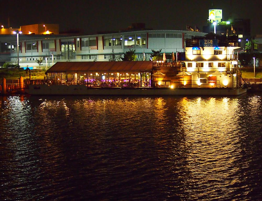 対岸からのレストランの夜景。お店の照明が川面に映え、まるでオアシス!