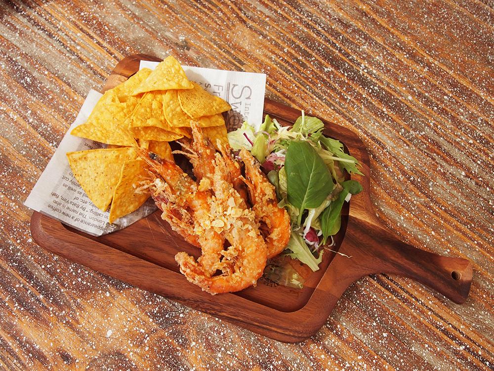 """ニューカレドニアで育った""""天使の海老""""を使った「ガーリックシュリンプ」。肉厚でプリプリの海老が、やみつきになるほどの美味しさ!"""