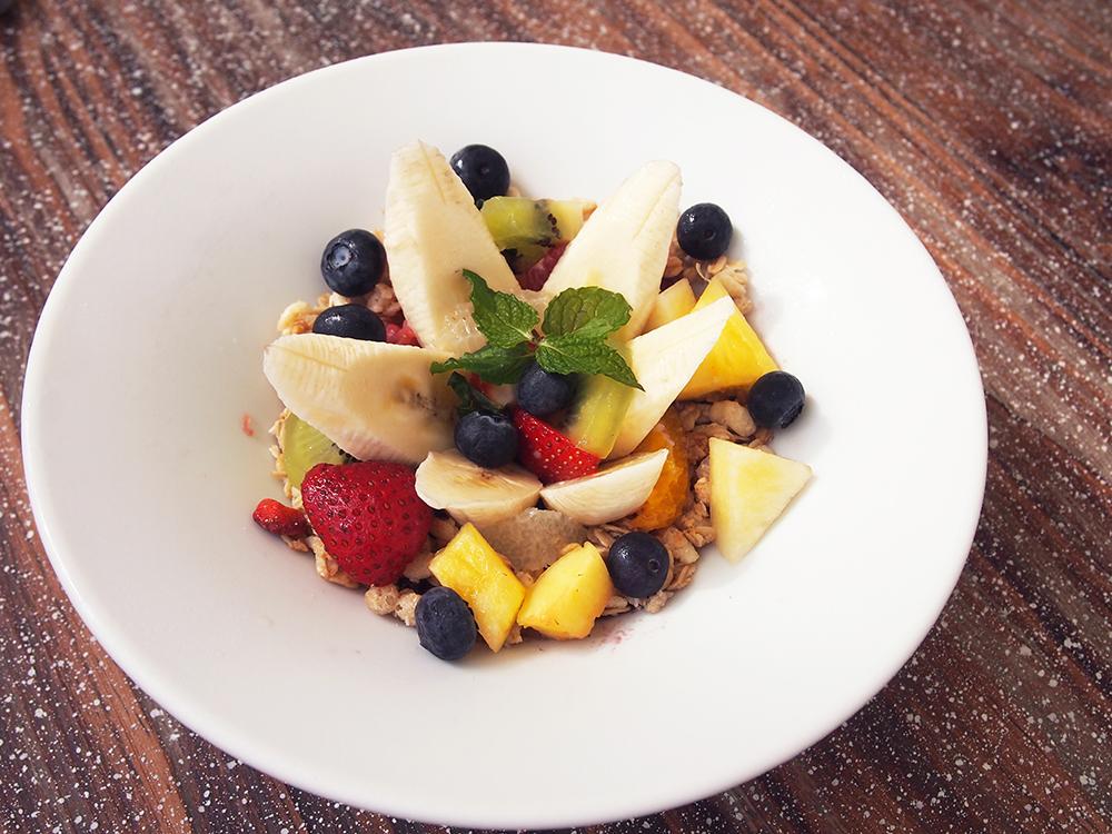 「バナナ・ベリー・アサイーボウル」。アサイーのスムージーに、グラノーラなどをトッピング。美味しくて栄養価の高いデザートです。
