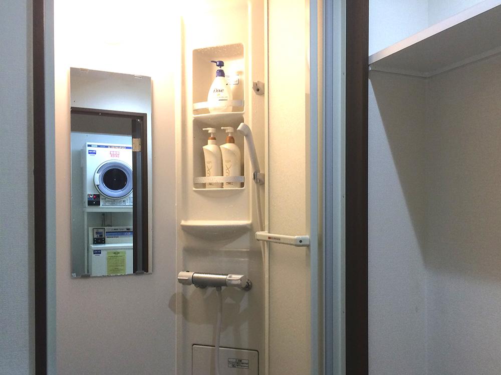 地階のシャワーブース(提供:AZ HOSTEL)
