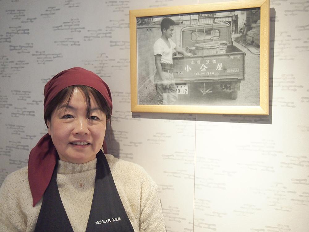 会社運営に、商品開発に、接客にと超多忙な吉田さん。 お父さまである先代社長のお写真とともに。