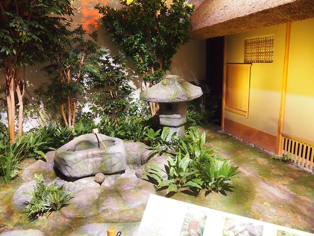 「中之島玄庵」は、茶室建物だけでなく、茶庭である「露地」まで正確に写しています。