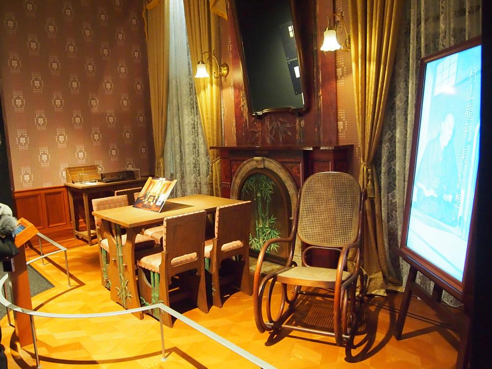 「記念室」には、旧村山家住宅の龍平翁の書斎がそのまま再現されていました。
