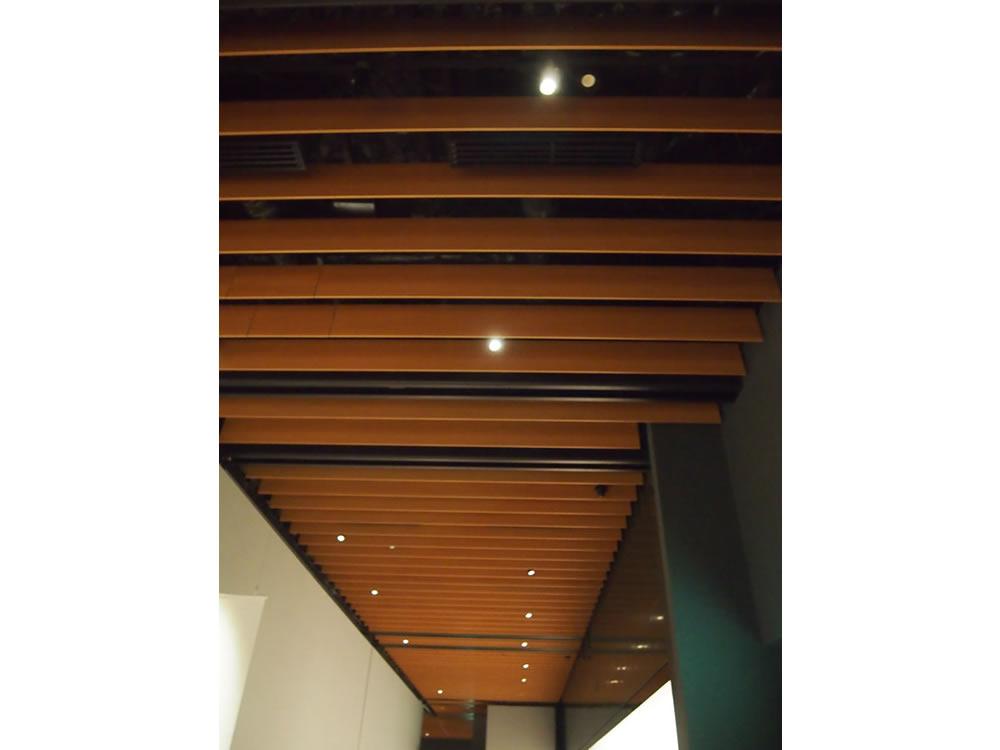 格子状の美術館天井。木材や土壁などがふんだんに使用された、和の雰囲気が、落ち着いた気分にさせてくれます。