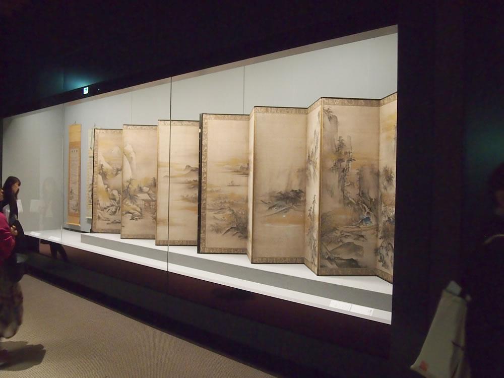 写真の重要文化財・(伝)周文『瀟湘八景図屏風』。このような素晴らしい作品が、間近で堪能できます。