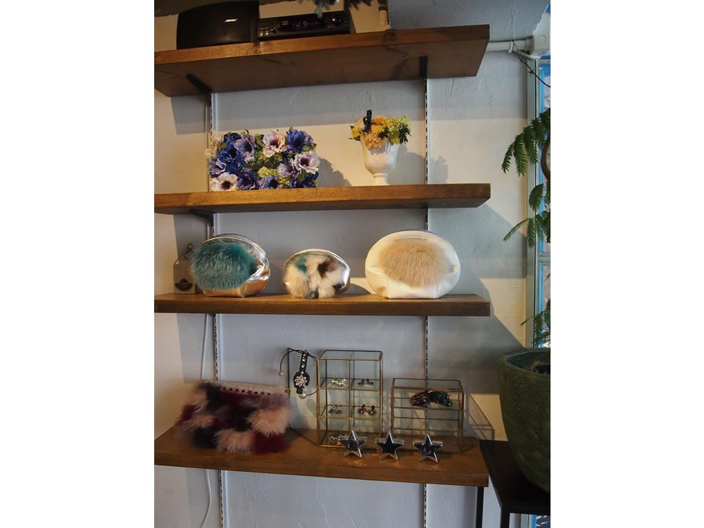 お店の一角には、田村さん手づくりのバッグや小物が展示され、購入できます。