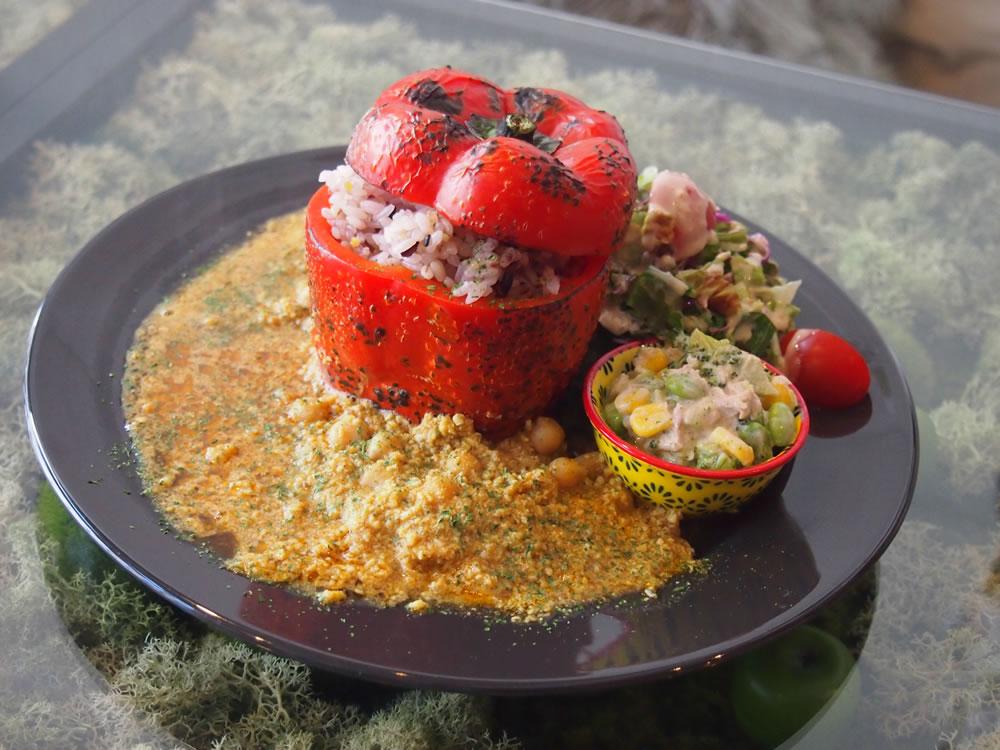 赤パプリカをまるごと1個使った「パプリカレー」。カレーの辛さとパプリカの甘みが合わさって、ちょうどいい味わいに。