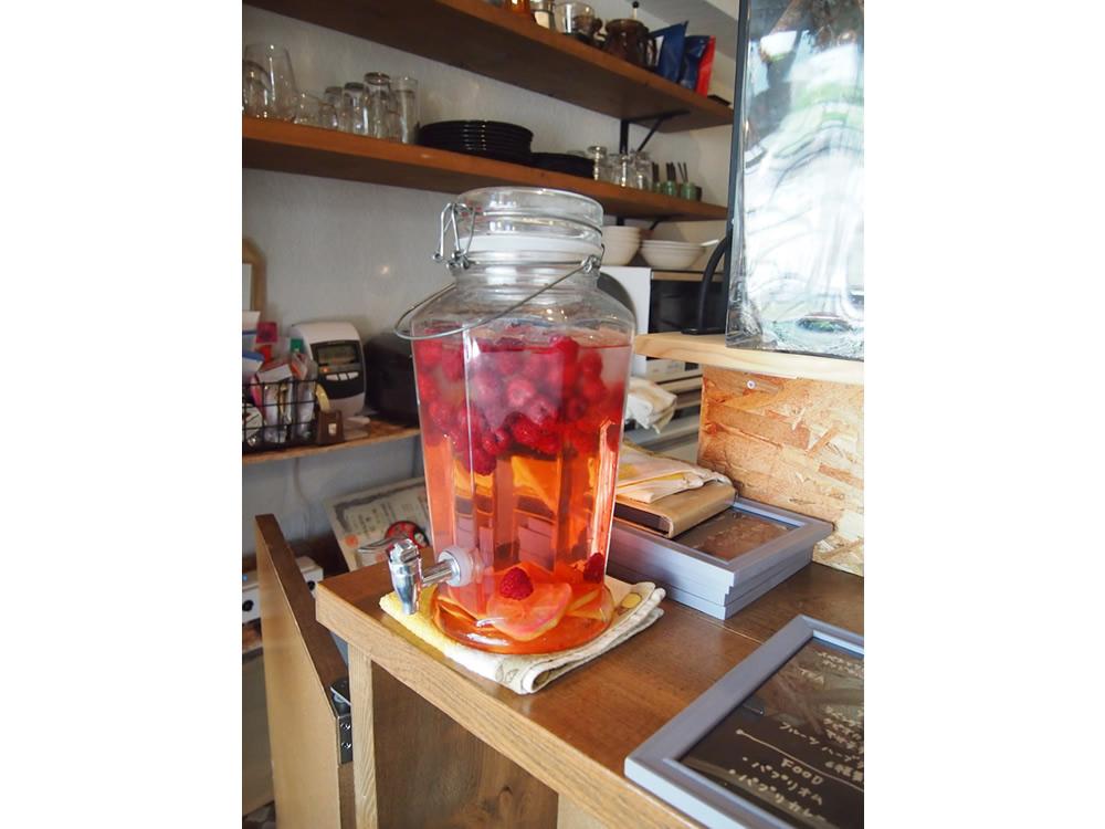 カウンターに置かれた「ラズベリーのデトックスウォーター」は、無料で飲み放題。