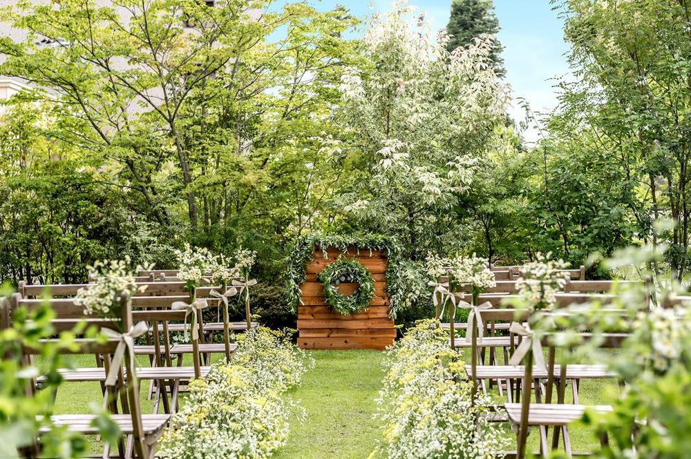 ステキな庭園を持つ「ラソールガーデン・大阪」ならではの、楽しいグランピングウェディング。一度参列してみたいものですね!(L)
