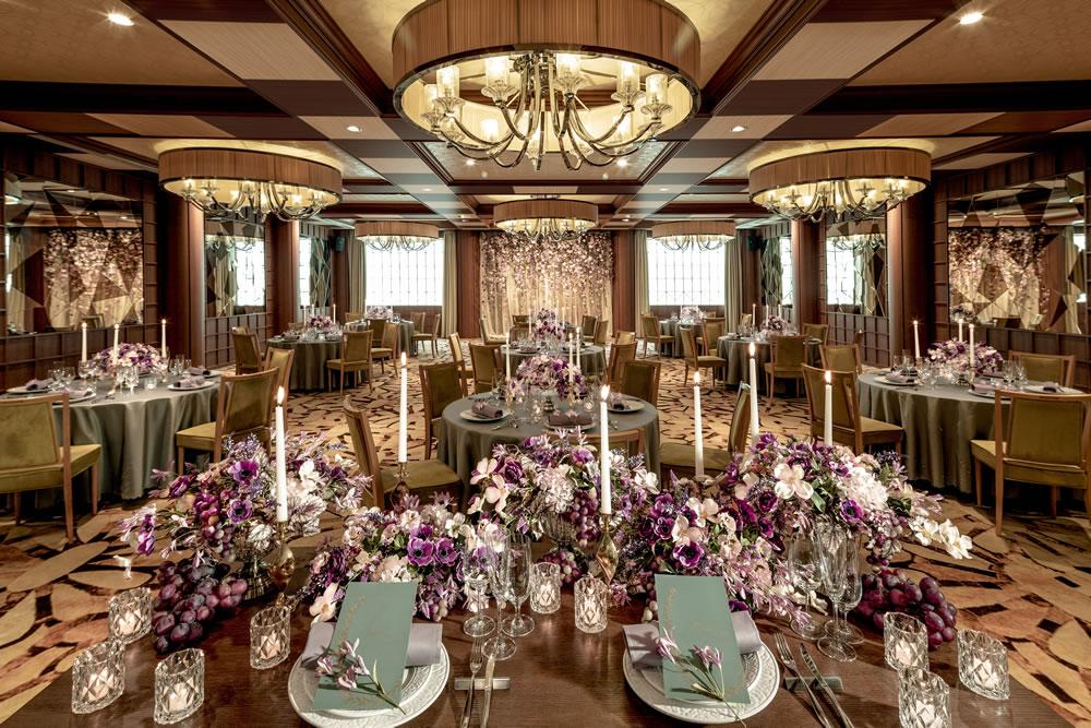 2階の披露宴会場「グラシエント」。ゴールドを基調にしたラグジュアリーな空間が大人の感性を刺激します。 (L)