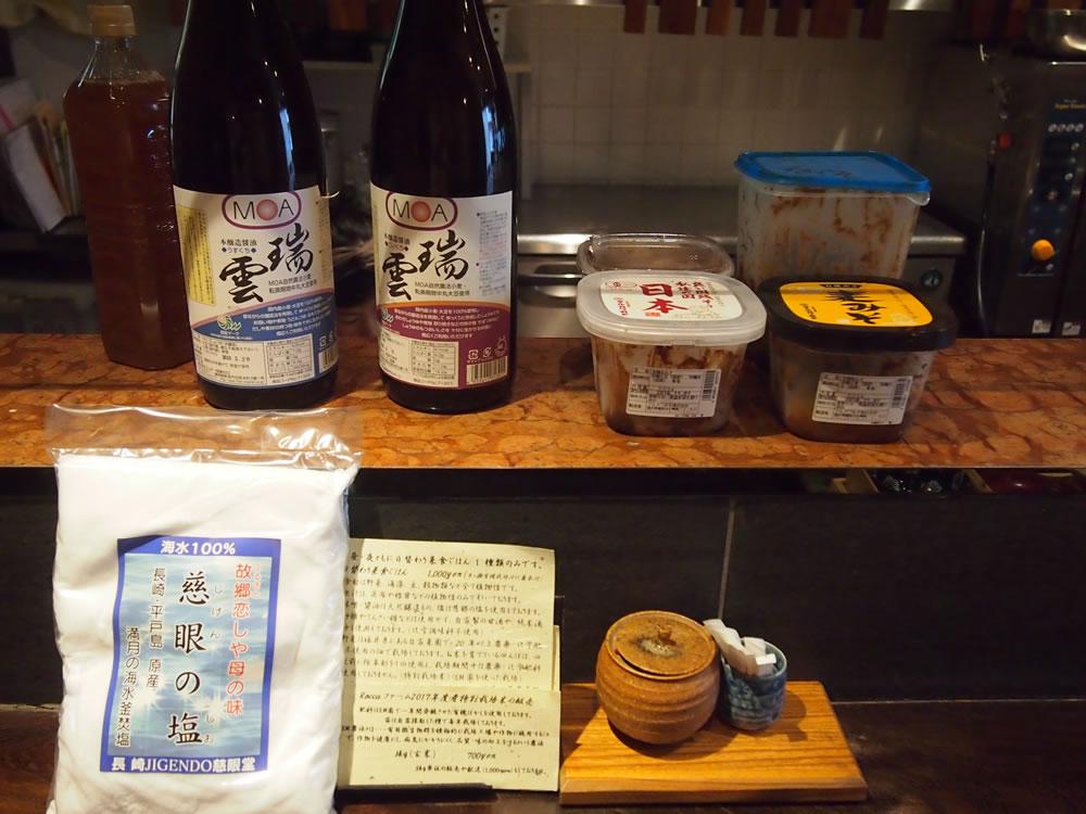 しょう油、お味噌、塩など、こだわりの調味料。栄田さんが数あるものの中から厳選した、天然醸造のものばかり。