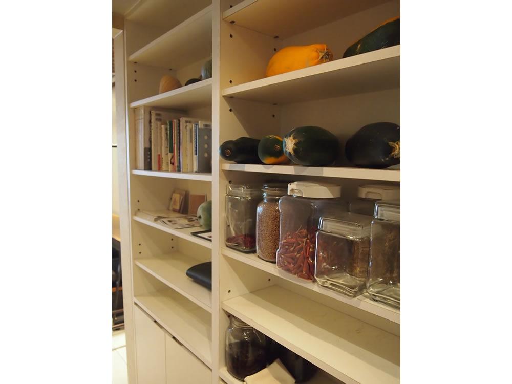 店内の棚には、こだわりの食材や、食についての本が。