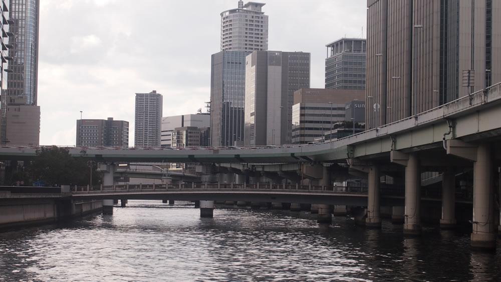 中之島ガーデンブリッジ 橋長:77.5m/幅員:20.0m/形式:桁橋/完成:1990年