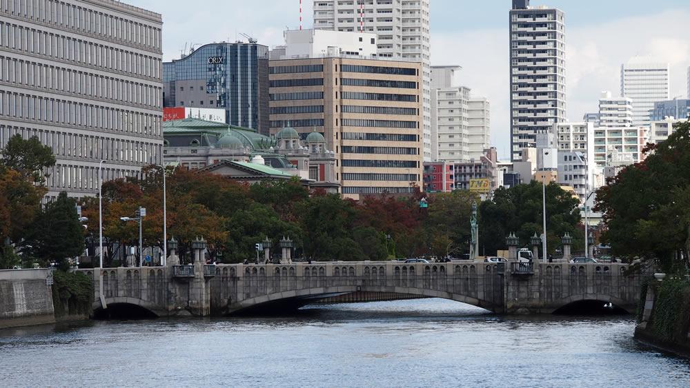 淀屋橋 橋長:54.5m/有効最大幅員:37.0m/形式:アーチ橋/完成:1935年