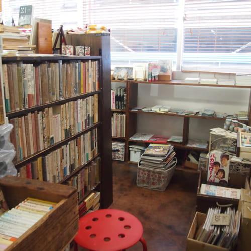 お店に入ったとたん、山のような書籍が。本好きにはたまらない空間。