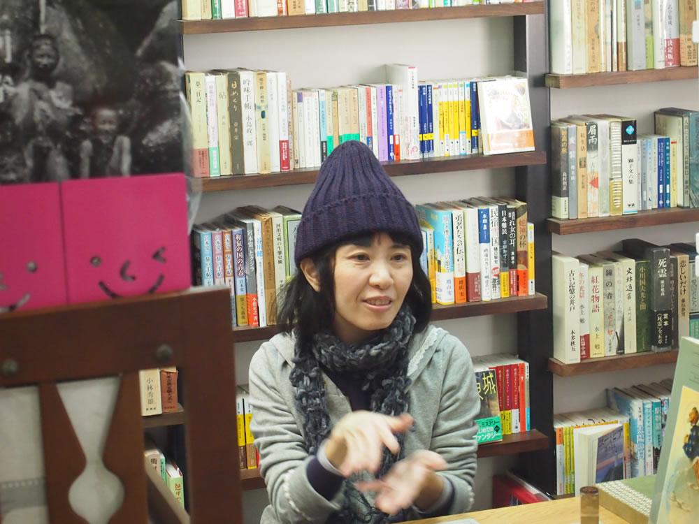 本に囲まれながら、本について熱く語る、店主の坂上友紀さん。