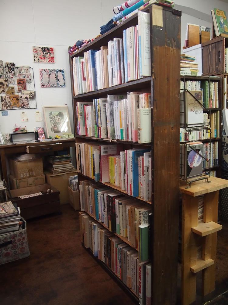 """94歳まで古書店を営んでおられた方の「形見」としていただいた、古い本棚。こういった""""年季の入った""""ものが、「本おや」の空間を、穏やかなものにしています。"""