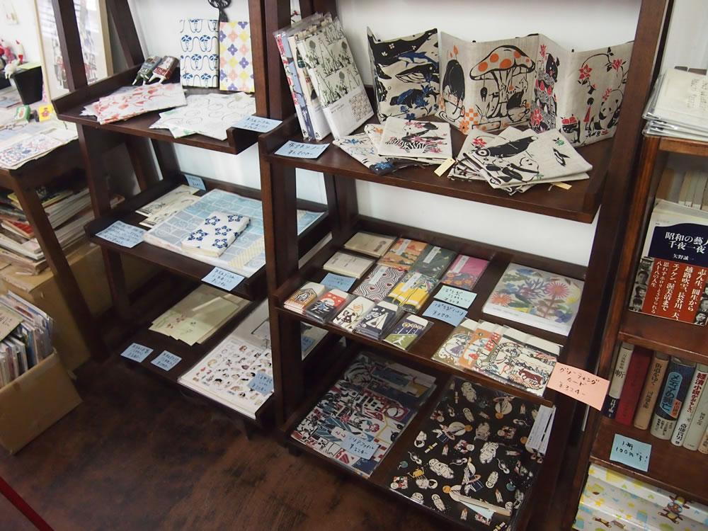 他にも、さまざまな雑貨が、書籍の間を埋めるように置かれています。